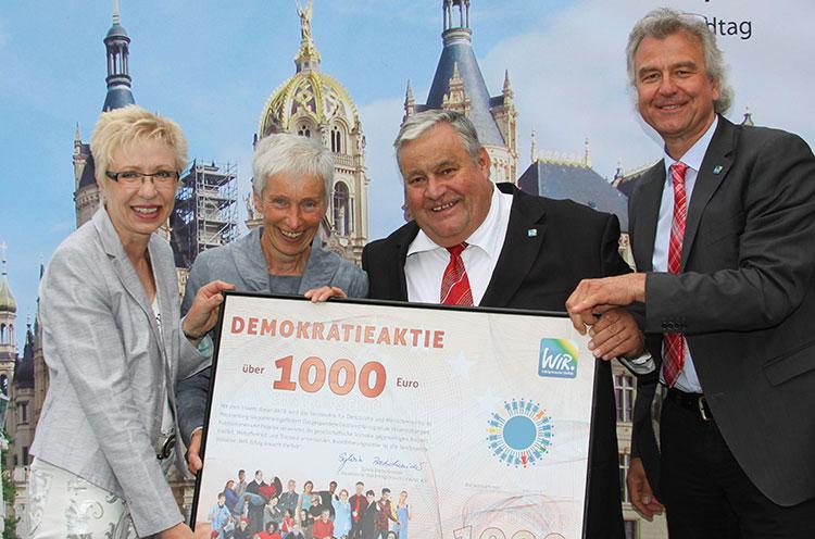 Übergabe von Demokratieaktien auf dem Sommerfest des Landtages